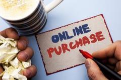 Het schrijven nota die Online Aankoop tonen De bedrijfsfoto demonstratie koopt dingen op het net gaat winkelend zonder huis gesch stock foto