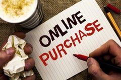 Het schrijven nota die Online Aankoop tonen De bedrijfsfoto demonstratie koopt dingen op het net gaat winkelend zonder huis gesch royalty-vrije stock afbeeldingen