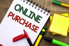 Het schrijven nota die Online Aankoop tonen De bedrijfsfoto demonstratie koopt dingen op het net gaat winkelend zonder huis gesch royalty-vrije stock fotografie
