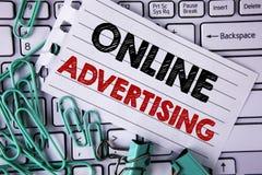Het schrijven nota die online Reclame tonen De campagnesadvertenties elektronisch op de markt brengend SEO Reaching van de bedrij stock afbeelding