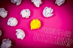 Het schrijven nota die Probleem of Oplossingsvraag tonen De bedrijfsfoto demonstratie denkt Analyse oplos die Conclusie Roze gron stock foto's