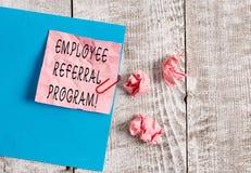 Het schrijven nota die het Programma van de Werknemersverwijzing tonen Bedrijfsfoto die interne langs aangewende rekruteringsmeth stock fotografie