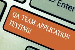 Het schrijven nota die Qa Team Application Testing tonen Bedrijfsfoto demonstratievraag en antwoorden die softwaretest maken stock foto