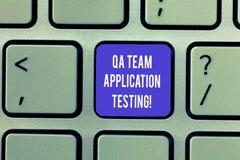 Het schrijven nota die Qa Team Application Testing tonen Bedrijfsfoto demonstratievraag en antwoorden die softwaretest maken stock foto's