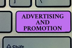 Het schrijven nota die Reclame en Bevordering tonen Bedrijfsfoto die Gecontroleerde en Betaalde marketing activiteit in media dem royalty-vrije stock foto
