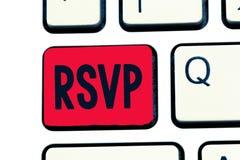Het schrijven nota die Rsvp tonen Bedrijfsfoto gelieve antwoord aan een uitnodiging erop wijzen te demonstreren die of men aan pl royalty-vrije stock foto