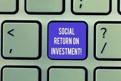 Het schrijven nota die Sociaal Rendement van Investering tonen De bedrijfsfoto demonstratie investeert een deel van de inkomens i royalty-vrije stock foto