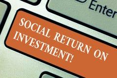 Het schrijven nota die Sociaal Rendement van Investering tonen De bedrijfsfoto demonstratie investeert een deel van de inkomens i royalty-vrije stock afbeeldingen
