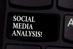 Het schrijven nota die Sociale Media Analyse tonen Bedrijfsfoto demonstratie het verzamelen en de evaluatie van de sociale media  royalty-vrije stock foto's