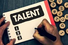 Het schrijven nota die Talent tonen Bedrijfsfoto die Natuurlijke capaciteiten van mensen demonstreren die gespecialiseerde vaardi stock afbeeldingen