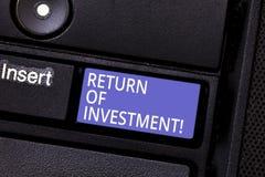 Het schrijven nota die Terugkeer van Investering tonen De bedrijfsdiefoto demonstratie meet de aanwinst of het verlies op wordt g royalty-vrije stock afbeeldingen