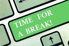 Het schrijven nota die Tijd voor een Onderbreking tonen Bedrijfsfoto die Makend een pauze van het werk of een andere activiteit o stock afbeelding