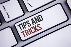 Het schrijven nota die Uiteinden en Trucs tonen Bedrijfsfoto demonstratiesuggesties om tot dingen gemakkelijkere Nuttige Adviezen stock foto's