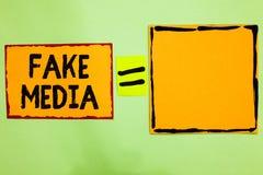 Het schrijven nota die Valse Media tonen Bedrijfsfoto die die een vorming demonstreren door brodcasters wordt gehouden geen die w royalty-vrije stock foto's