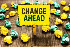 Het schrijven nota die Verandering vooruit tonen Bedrijfsfoto die Sommige wijzigingen demonstreren die wachten te gebeuren HOL va stock afbeelding