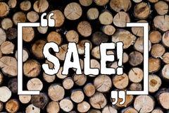 Het schrijven nota die Verkoop tonen Maken de bedrijfsfoto demonstratie Verkopende goederen aan verminderde prijzen tot Sell Hout stock afbeeldingen
