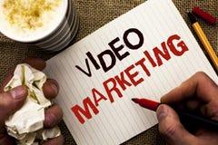 Het schrijven nota die Video Marketing tonen Bedrijfsfoto demonstratiemedia die de Bevordering Van verschillende media Digitale S royalty-vrije stock afbeelding