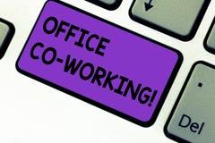 Het schrijven nota die het Werken van Bureauco tonen Bedrijfsfoto demonstrerende Zakelijke services die gedeelde ruimten verstrek stock foto