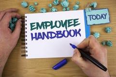 Het schrijven nota die Werknemershandboek tonen De Verordeningen van het bedrijfsfoto demonstratiedocument de Hand van de het Bel royalty-vrije stock foto's