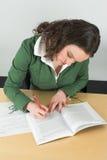 Het schrijven nota's tijdens klasse royalty-vrije stock foto's