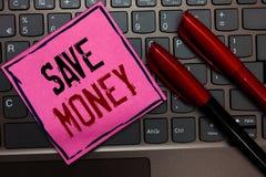 Het schrijven nota het tonen bespaart Geld Bedrijfsfoto demonstratieopslag sommige van uw contant geld elke maand om hen ooit lat stock foto's