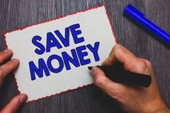 Het schrijven nota het tonen bespaart Geld Bedrijfsfoto demonstratieopslag sommige van uw contant geld elke maand om hen te gebru royalty-vrije stock afbeeldingen