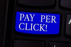 Het schrijven nota het tonen betaalt per Klik De bedrijfsfoto demonstratie krijgt geld van bezoekersadvertenties Adverterend SEO  royalty-vrije stock fotografie