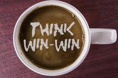 Het schrijven nota tonen denkt Win-Win De strategie van de bedrijfsfoto demonstratieonderhandeling voor beide partners om voordel royalty-vrije stock afbeelding