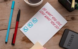 Het schrijven nota het tonen doet Wat u van Liefde houdt Wat u doet De bedrijfsfoto die u demonstreert bekwaam doend materiaal u  stock foto
