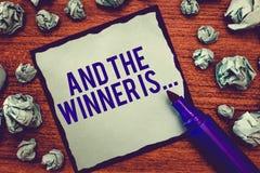 Het schrijven nota het tonen en de Winnaar zijn Bedrijfsfoto die Aankondigend demonstreren wie de Kampioen Exemplar Uitvoerder is royalty-vrije stock foto