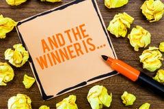 Het schrijven nota het tonen en de Winnaar zijn Bedrijfsfoto die Aankondigend demonstreren wie de Kampioen Exemplar Uitvoerder is stock afbeeldingen