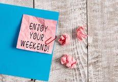 Het schrijven nota het tonen geniet van Uw Weekend Bedrijfsfoto demonstratie die iemand wensen dat aardig iets bij zal gebeuren royalty-vrije stock foto