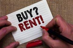 Het schrijven nota het tonen koopt vraaghuur Bedrijfsfoto demonstrerende Groep die informatie over het huren van huizen Man hand  royalty-vrije stock foto's