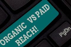 Het schrijven nota tonen Organisch versus Betaald Bereik Bedrijfsfoto demonstratie Stijgende aanhangers natuurlijk of door voor h stock fotografie