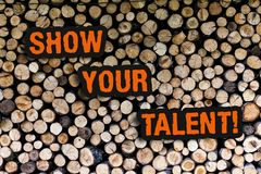 Het schrijven nota het tonen toont Uw Talent Bedrijfsfoto demonstratieuitnodiging iemand om te tonen wat hij bekwaam of goed is royalty-vrije stock fotografie