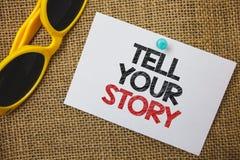 Het schrijven nota het tonen vertelt Uw Verhaal Bedrijfsfoto die uitdrukkend uw gevoel die schrijvend uw biografie Sunglas vertel royalty-vrije stock afbeelding