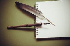 Het schrijven in notitieboekje stock foto's