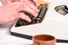 Het schrijven routine Uitstekend schrijfmachineconcept Handen die retro het schrijven machine typen Oude schrijfmachine en auteur stock afbeelding