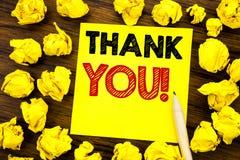 Het schrijven tekst het tonen dankt u Bedrijfsdieconcept voor Dankbericht op kleverig notadocument wordt geschreven, houten achte royalty-vrije stock fotografie