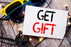 Het schrijven tekst het tonen krijgt Gift Bedrijfsconcept voor Vrije Shoping-Coupon die op kleverige nota met exemplaarruimte wor royalty-vrije stock foto's