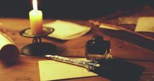 Het schrijven van brief met ganzepen en inkt in kaarslicht stock footage