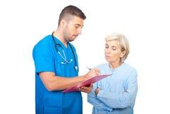 Het schrijven van de arts voorschrift voor patiënt Stock Foto