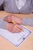 Het schrijven van de bejaarde testament Stock Fotografie