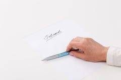 Het schrijven van de bejaarde testament Royalty-vrije Stock Foto's