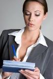 Het Schrijven van de vrouw Controles Royalty-vrije Stock Foto