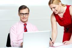 Het schrijven van de vrouw informatie van laptop Royalty-vrije Stock Foto