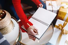 Het schrijven van de wensbrief voor Kerstmis en het nieuwe jaar stock afbeeldingen