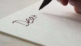 Het schrijven van de woorden van een brieven Beste Papa stock video