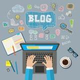 Het schrijven van een artikel voor blog op computer Stock Foto