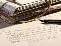 Het schrijven van een brief met een retro vulpen Stock Afbeelding